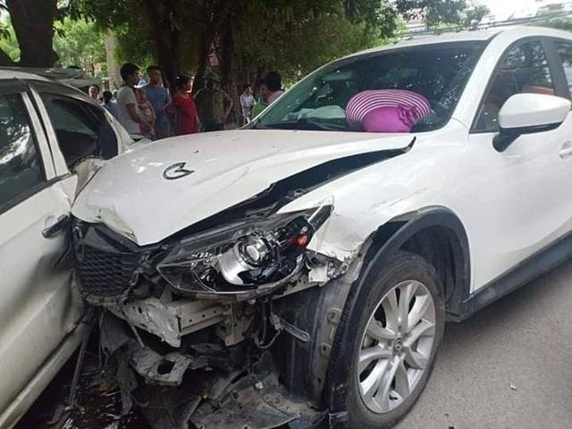 Kinh hãi khoảnh khắc Mazda CX-5 băng sang đường tông hàng loạt xe - 1