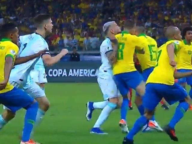 """Messi đau đớn, tố cáo chủ nhà Brazil """"chơi bẩn"""" với công nghệ VAR - 2"""