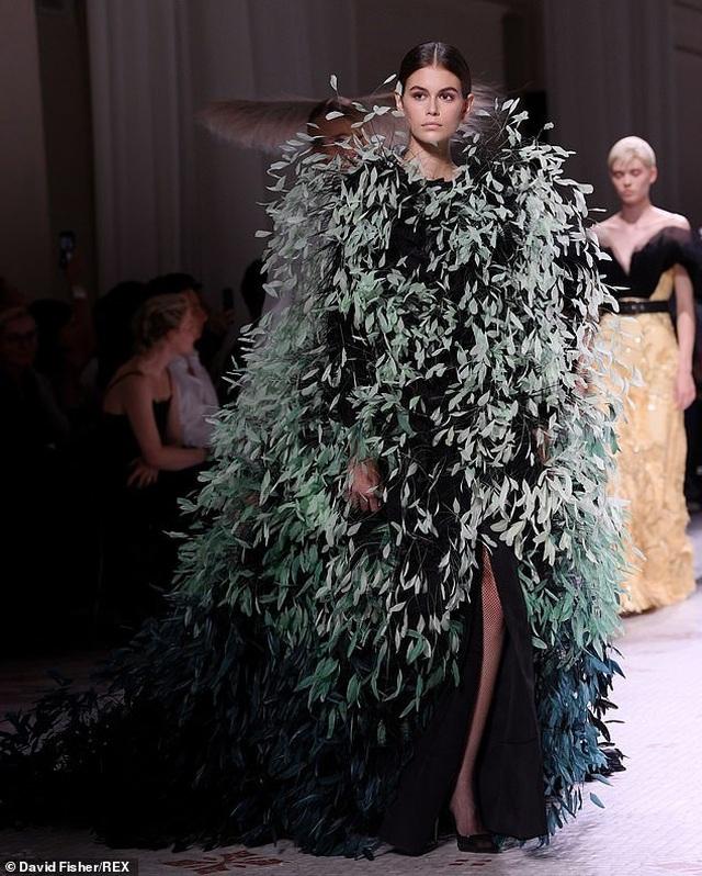 Con gái Cindy Crawford mặc váy như cây thông Noel - 2