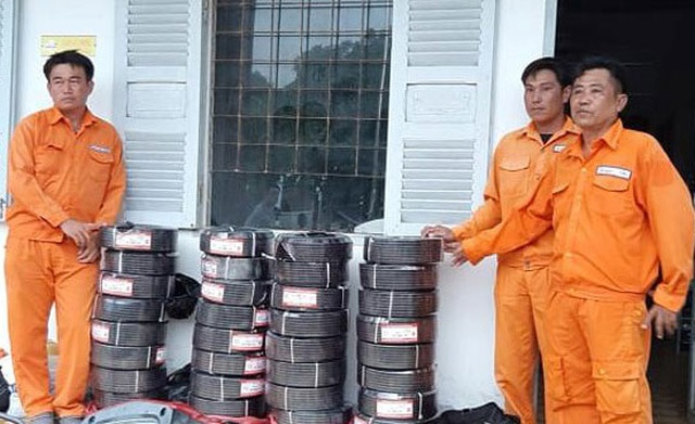 3 đối tượng giả danh nhân viên ngành điện bán đồ dởm bị bắt giữ - 1