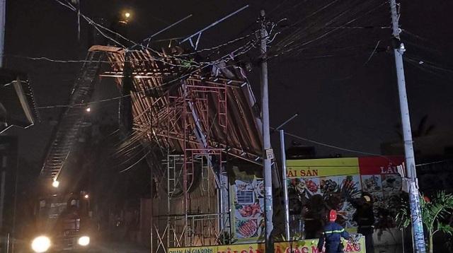 Mưa giông lớn gây hàng loạt sự cố ở Sài Gòn - 3