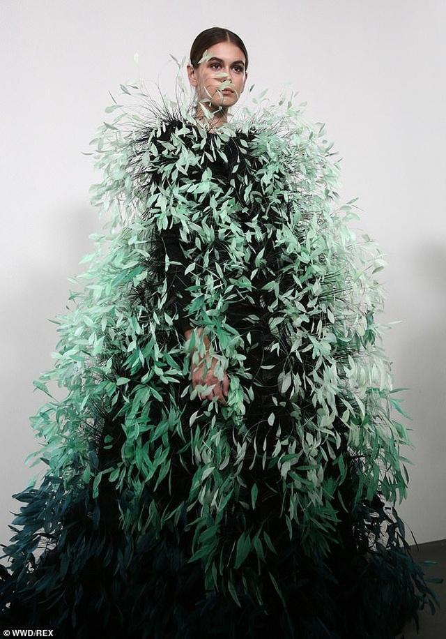 Con gái Cindy Crawford mặc váy như cây thông Noel - 4