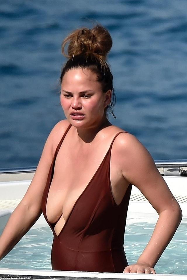 Chrissy Teigen khoe ngực gợi cảm trong kỳ nghỉ tại Ý - 6