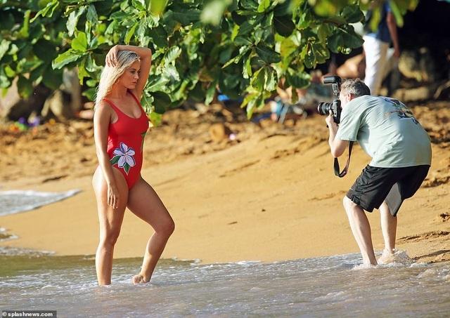 Katy Perry trẻ đẹp khi diện áo tắm đỏ rực - 1