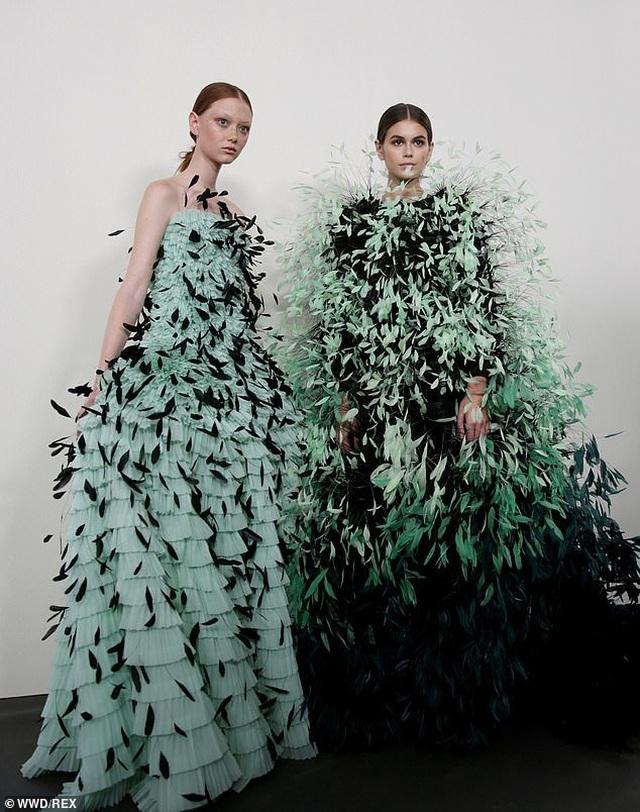 Con gái Cindy Crawford mặc váy như cây thông Noel - 5