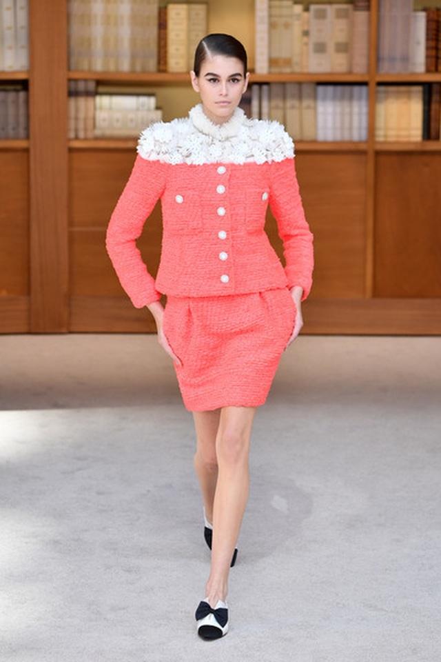 Con gái Cindy Crawford mặc váy như cây thông Noel - 7