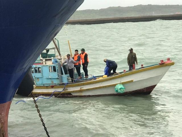Sóng to gió lớn gây khó khăn cho công tác giải cứu tàu chở dầu bị chìm - 1