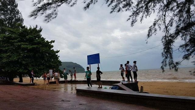 Bất chấp sóng to, nhiều du khách ra bờ biển Đồ Sơn đùa giỡn, chụp ảnh - 1