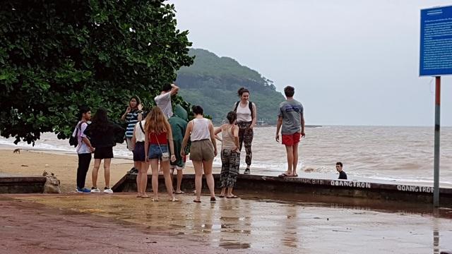 Bất chấp sóng to, nhiều du khách ra bờ biển Đồ Sơn đùa giỡn, chụp ảnh - 7