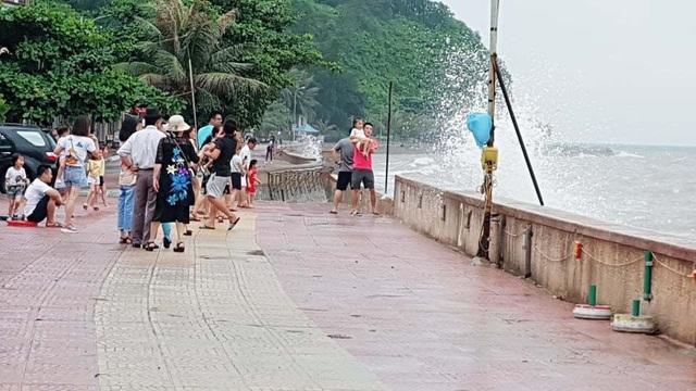 Bất chấp sóng to, nhiều du khách ra bờ biển Đồ Sơn đùa giỡn, chụp ảnh - 10