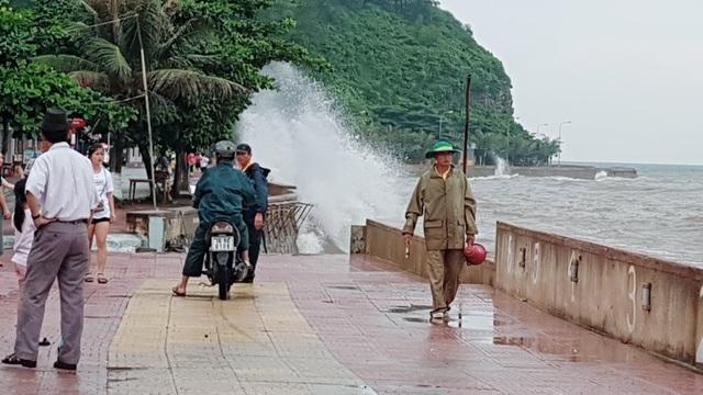Bất chấp sóng to, nhiều du khách ra bờ biển Đồ Sơn đùa giỡn, chụp ảnh - 2