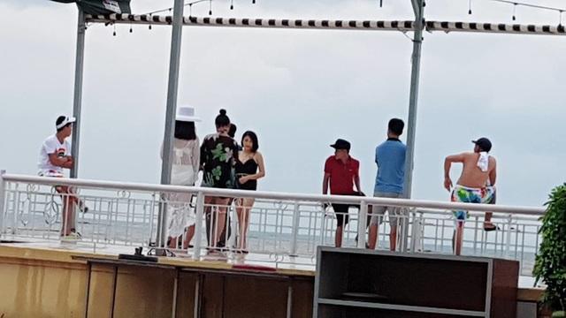 Bất chấp sóng to, nhiều du khách ra bờ biển Đồ Sơn đùa giỡn, chụp ảnh - 8