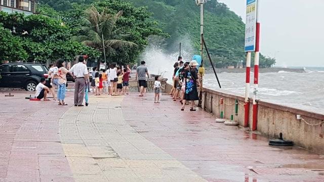 Bất chấp sóng to, nhiều du khách ra bờ biển Đồ Sơn đùa giỡn, chụp ảnh - 9