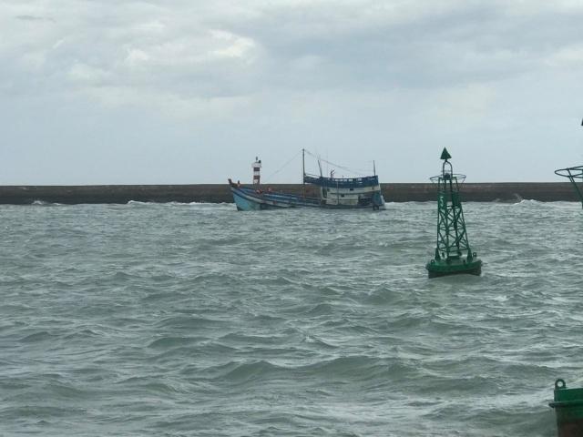Sóng to gió lớn gây khó khăn cho công tác giải cứu tàu chở dầu bị chìm - 2