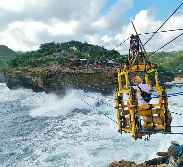 Ngồi cáp treo bằng gỗ để vượt biển qua sóng dữ - 3