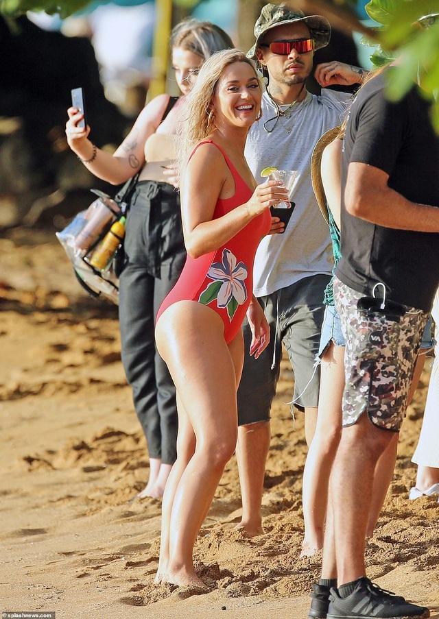 Katy Perry trẻ đẹp khi diện áo tắm đỏ rực - 4