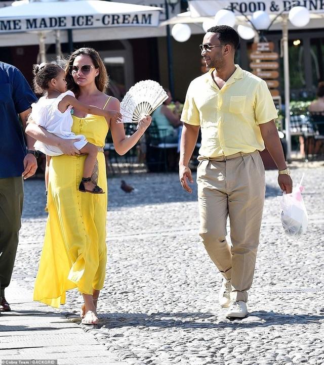 Chrissy Teigen khoe ngực gợi cảm trong kỳ nghỉ tại Ý - 9