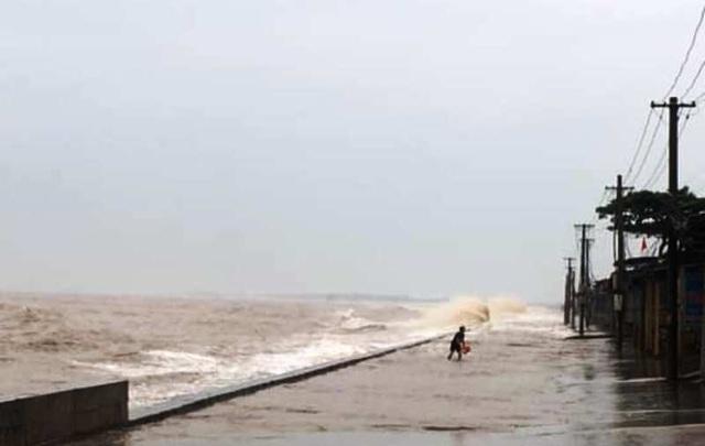 Hải Phòng mưa lớn, biển động; Quảng Ninh giải cứu 8 ngư dân mắc kẹt - 10