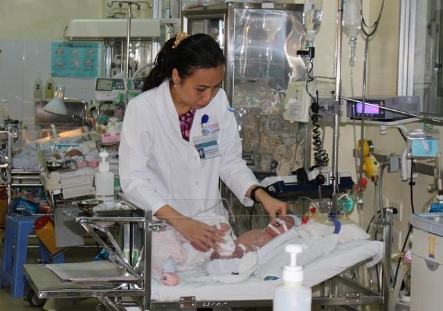 Hạ thân nhiệt cứu cháu bé đẻ rơi bị ngạt nặng - 1