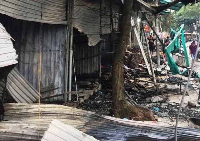 Lửa thiêu rụi nhiều ki ốt tại thành phố Sầm Sơn - 2