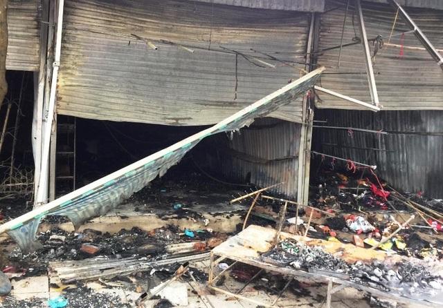 Lửa thiêu rụi nhiều ki ốt tại thành phố Sầm Sơn - 1
