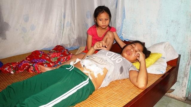 Bố bị bò húc chết, mẹ lâm bệnh nặng,3 đứa trẻ mịt mờ tương lai - 1