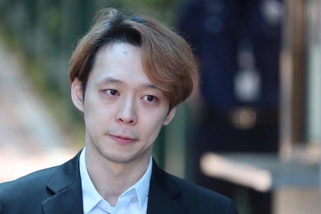 Park Yoo Chun lộ vẻ tiều tụy, bật khóc khi rời trại tạm giam - 1