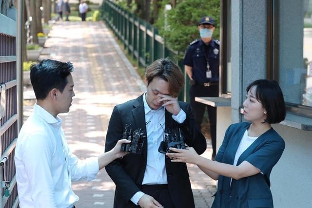 Park Yoo Chun lộ vẻ tiều tụy, bật khóc khi rời trại tạm giam - 9