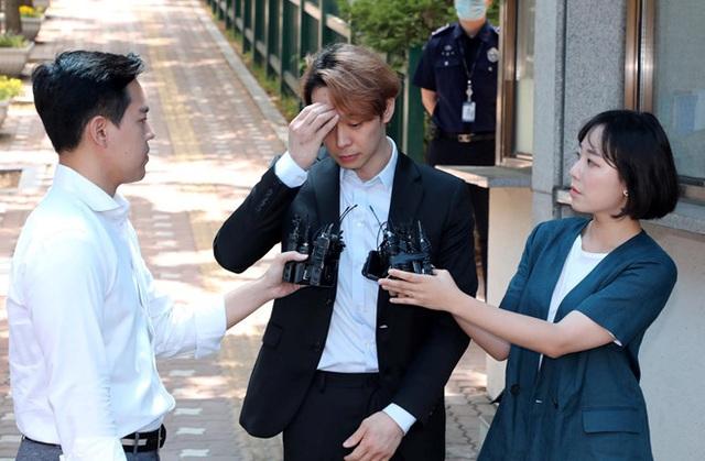 Park Yoo Chun lộ vẻ tiều tụy, bật khóc khi rời trại tạm giam - 7