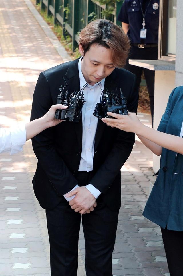 Park Yoo Chun lộ vẻ tiều tụy, bật khóc khi rời trại tạm giam - 5