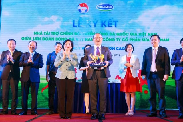 Vinamilk tài trợ chính cho các Đội tuyển Bóng đá Quốc gia  vì một Việt Nam vươn cao - 2