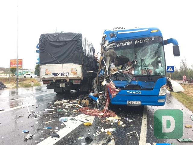 Xe tải va chạm xe container rồi đâm trực diện xe khách, 10 người bị thương - 1