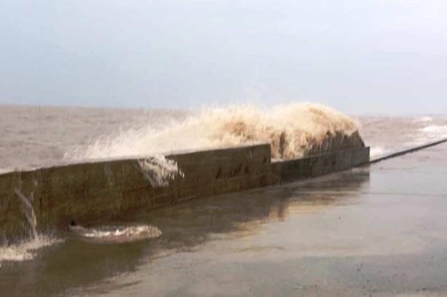 Hải Phòng mưa lớn, biển động; Quảng Ninh giải cứu 8 ngư dân mắc kẹt - 9