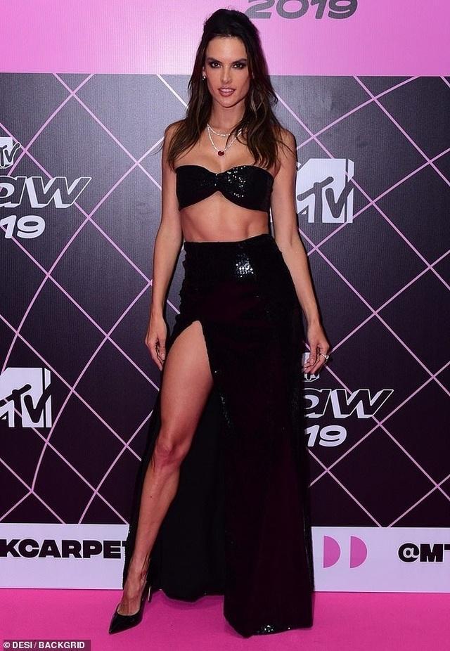 Alessandra Ambrosio diện váy xẻ cao khoe dáng cuốn hút - 3