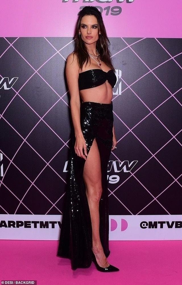 Alessandra Ambrosio diện váy xẻ cao khoe dáng cuốn hút - 2