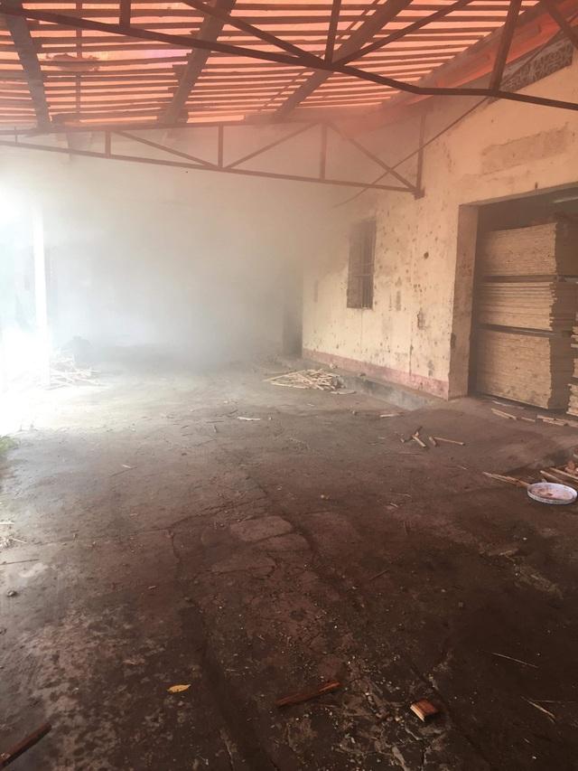 Lò sấy gỗ cháy lớn sau trận mưa đêm - 1