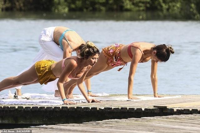 Cựu thiên thần nội y khoe dáng hoàn hảo khi tập yoga trên biển - 10