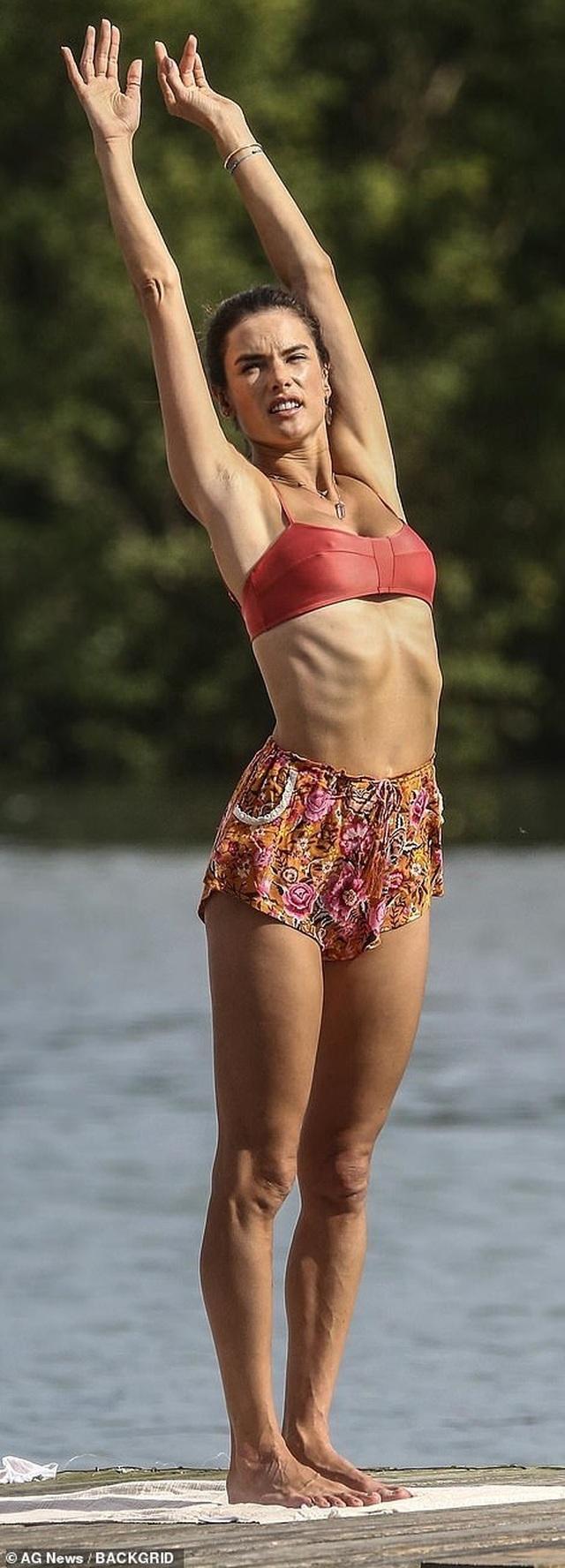Cựu thiên thần nội y khoe dáng hoàn hảo khi tập yoga trên biển - 5