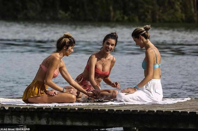 Cựu thiên thần nội y khoe dáng hoàn hảo khi tập yoga trên biển - 14