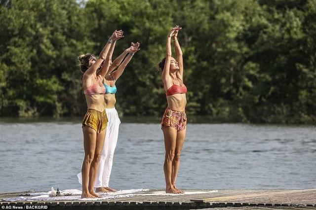 Cựu thiên thần nội y khoe dáng hoàn hảo khi tập yoga trên biển - 3