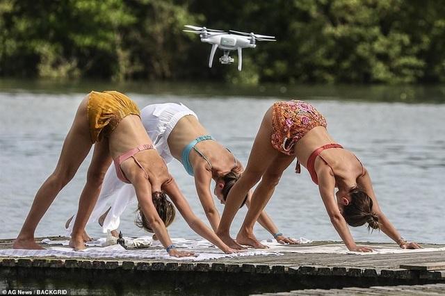 Cựu thiên thần nội y khoe dáng hoàn hảo khi tập yoga trên biển - 11