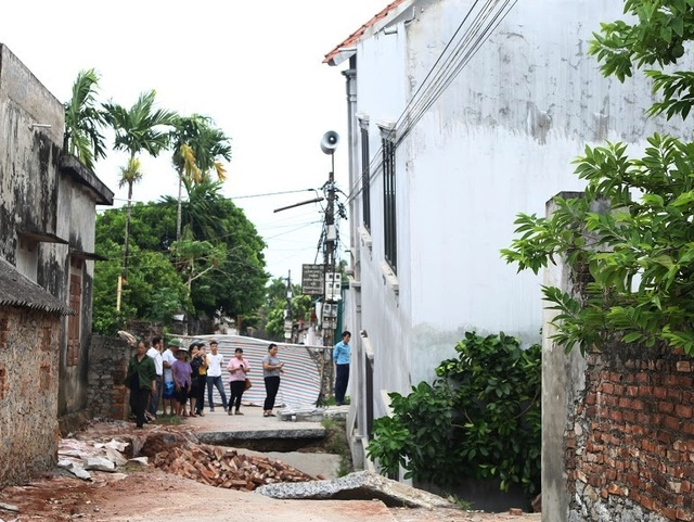 """Di dời 3 hộ dân sống sát ngôi nhà bị """"hố tử thần"""" nuốt chửng ở Hà Nội - 2"""