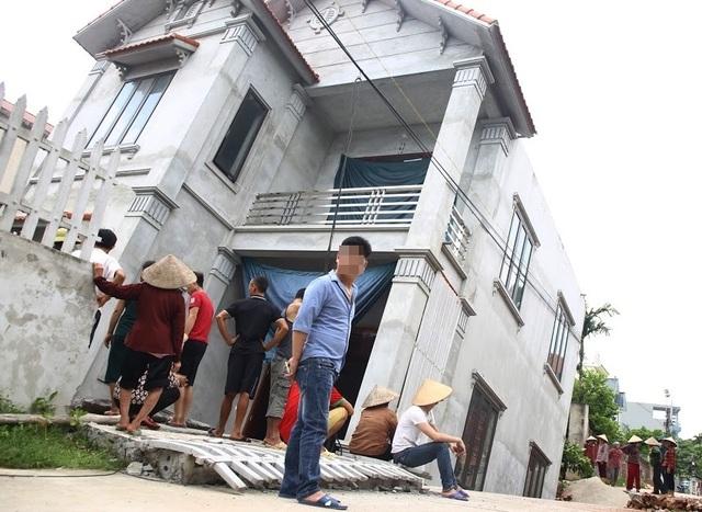 """Di dời 3 hộ dân sống sát ngôi nhà bị """"hố tử thần"""" nuốt chửng ở Hà Nội - 1"""