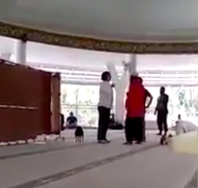 Phản đối chồng cưới vợ 2, người vợ thả chó ngay trong lễ cưới - 2