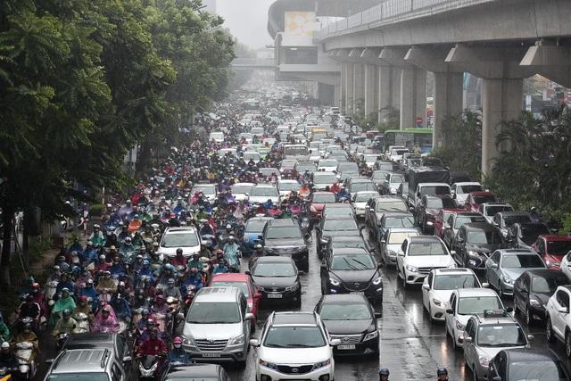 Hà Nội: Tắc đường nghiêm trọng do ảnh hưởng mưa bão - 1
