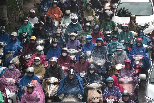 Hà Nội: Tắc đường nghiêm trọng do ảnh hưởng mưa bão - 3