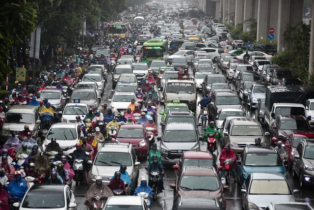 Hà Nội: Tắc đường nghiêm trọng do ảnh hưởng mưa bão - 6