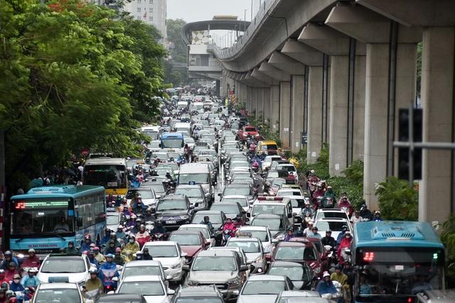 Hà Nội: Tắc đường nghiêm trọng do ảnh hưởng mưa bão - 7