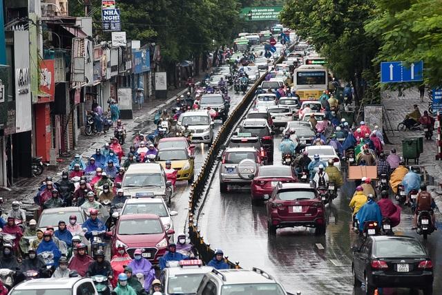 Hà Nội: Tắc đường nghiêm trọng do ảnh hưởng mưa bão - 14