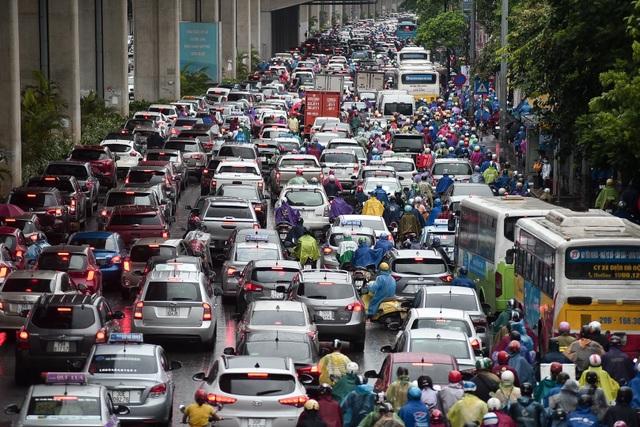 Hà Nội: Tắc đường nghiêm trọng do ảnh hưởng mưa bão - 5